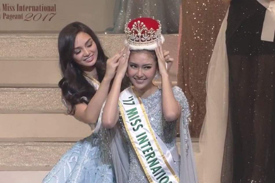Miss Philippines passing her crown to Miss Indonesia