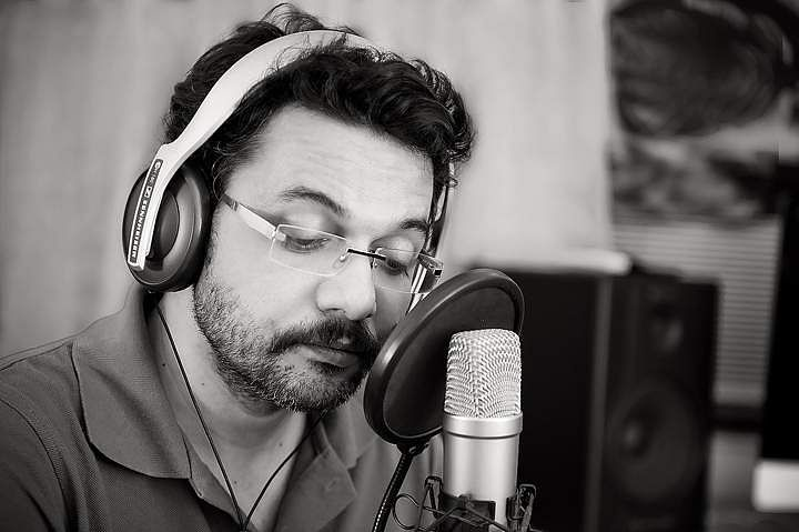 Neelesh_Misra_records_his_poem