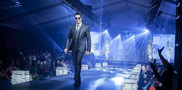 Akshay_Kumar_walking_the_ramp_at_the_India_Luxury_Style_Week
