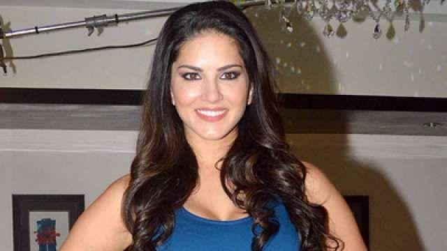 Fans In Kochi Leave Sunny Leone Speechless During Her Visit To Gods Own Country-8239
