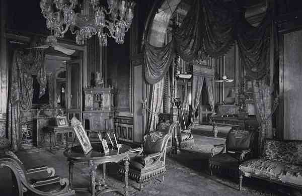 ©Derry Moore, Card room of the Gentlemen's Salon, Falaknuma Palace, Hyderabad, 1976; Courtesy Tasveer