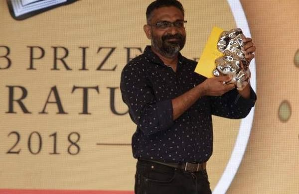 Benyamin_the_winner_of_the_2018_JCB_Prize_for_Literature_with_the_winning_trophy_and_cheque