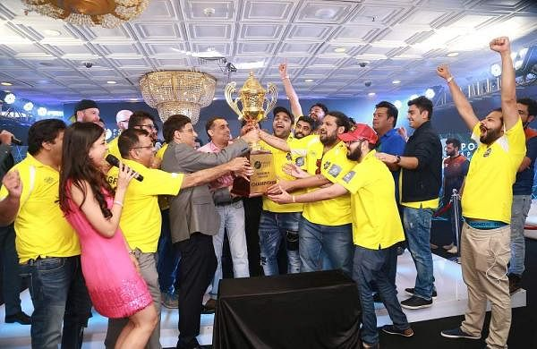 Winning_Team_for_PSL_Season_2_Goan_Nuts,_taking_the_winning_trophy_from_Brand_Ambassador_Viswanathan_Anand