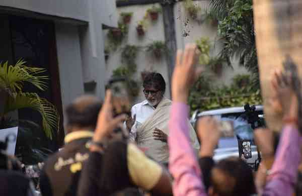 Amitabh Bachchan greets his fans in Mumbai (Photo: IANS)