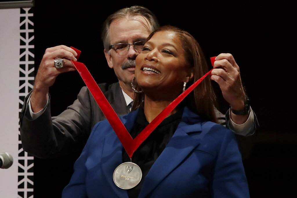 Queen Latifah receives the W.E.B. Dubois Medal for her contributions to black history and culture from Glenn H Hutchins at Harvard University, in Cambridge, Mass. (AP Photo/Elise Amendola)