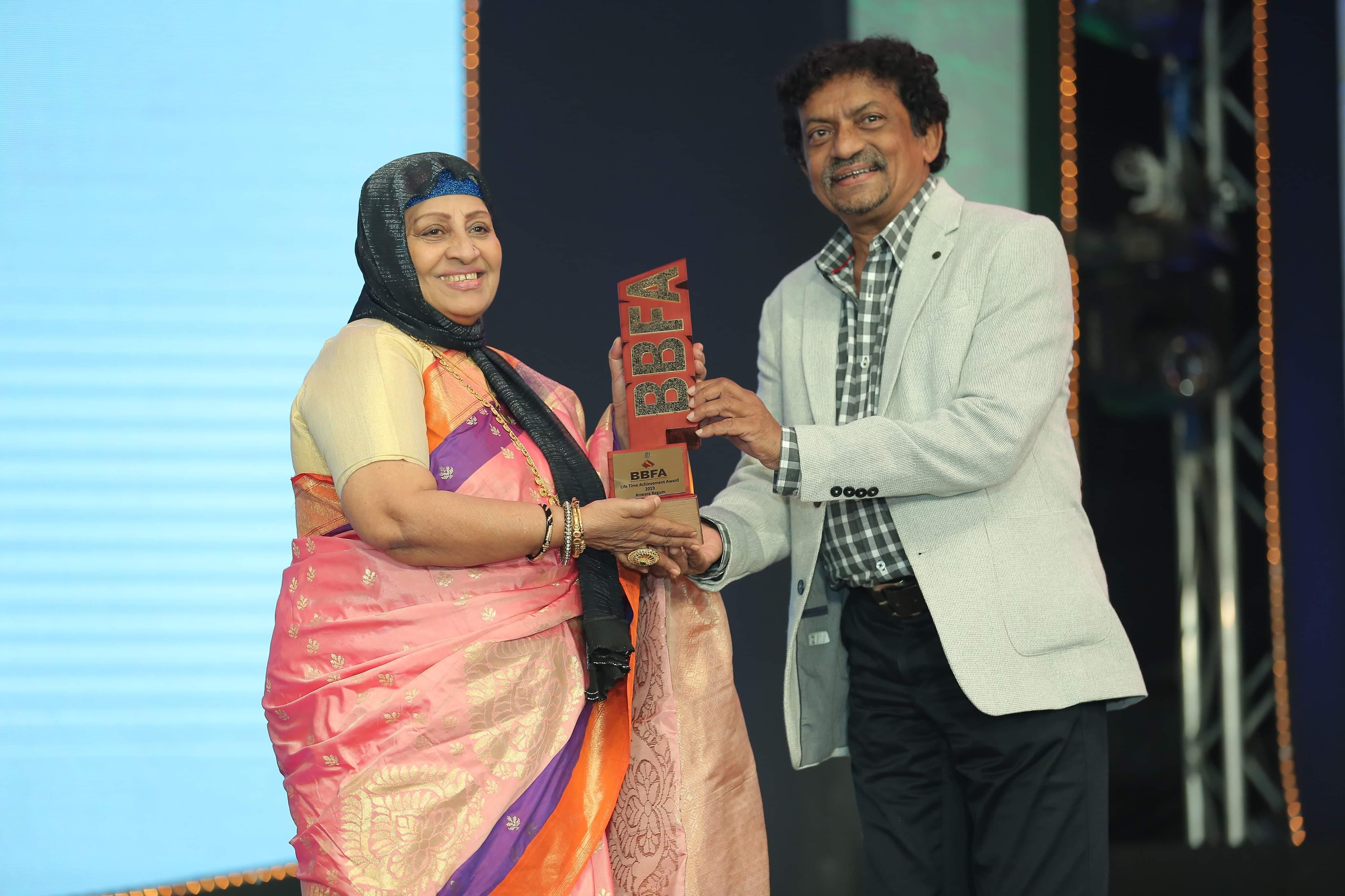 Anowara_Begum_receiving_the_Lifetime_achievement_award_from_Gautam_Ghose