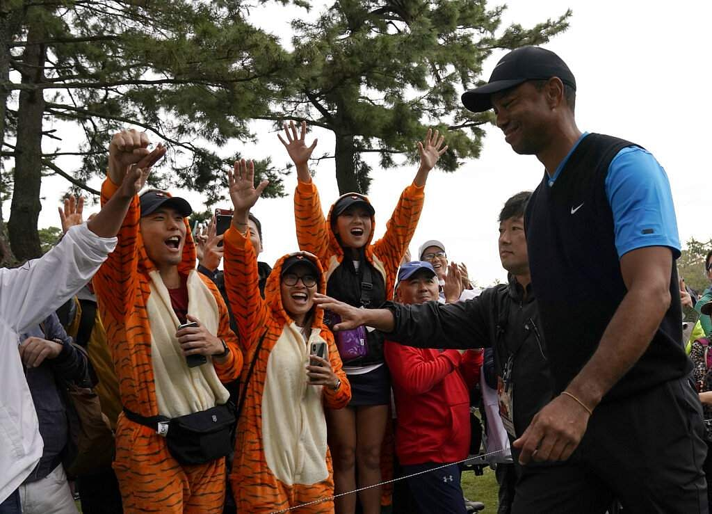 Tiger Woods with his fans during the Zozo Championship PGA Tour at the Accordia Golf Narashino country club in Inzai, east of Tokyo, Japan. (AP Photo/Lee Jin-man)