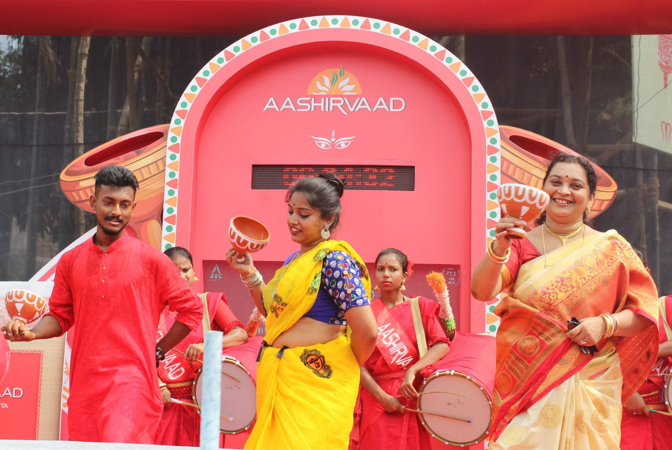 Pic_Kolkatans_participating_in_Aashirvaad_Attas_Longest_Nonstop_Dhunchi_Dance_Marathon