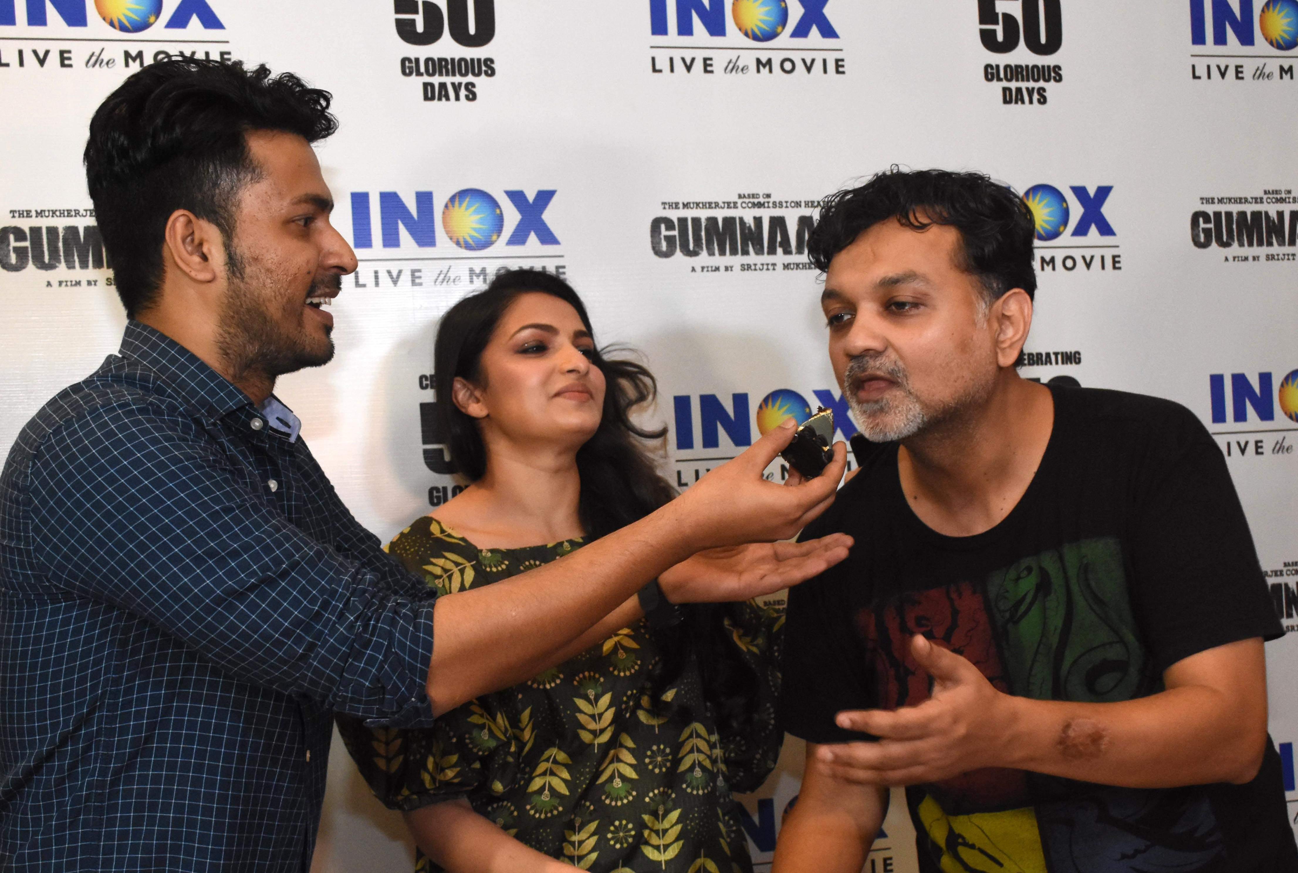 Anirban,_Tnusree_and_Srijit_celebrate_with_a_customised_cake