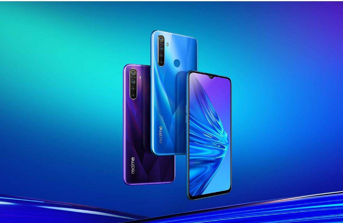 Motorola One Macro: Looks cool, shoots insanely close & clear macros (5x closer than others) to capture details in close quarters. Quad sensor AI system. Battery 4000mAh and 64Gb storage. INR 9,999.