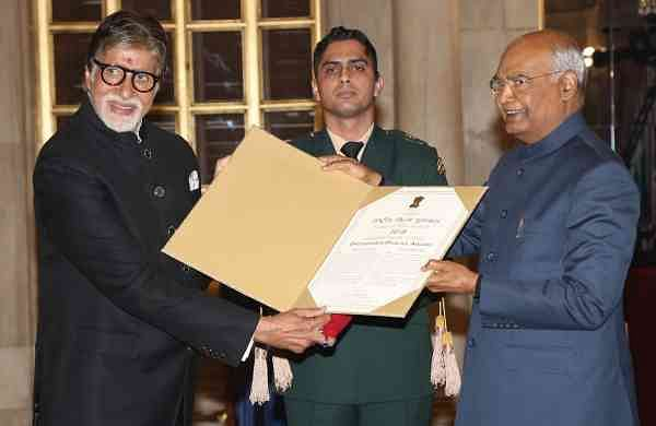 President Ram Nath Kovind presents Amitabh Bachchan with Dadasaheb Phalke Award (Photo: Amlan Paliwal/IANS)
