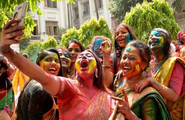 Kolkata: Students of University of Calcutta celebrate Holi in Kolkata, on March 20, 2019. (Photo: IANS)