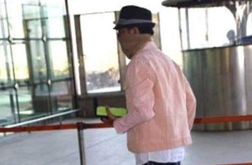 Irrfan Khan spotted at Mumbai airport