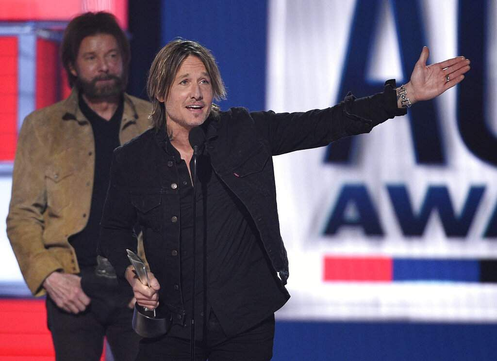 Keith Urban accepts the award for entertainer of the year at the 54th annual Academy of Country Music Awards in Las Vegas. (Photo by Chris Pizzello/Invision/AP)