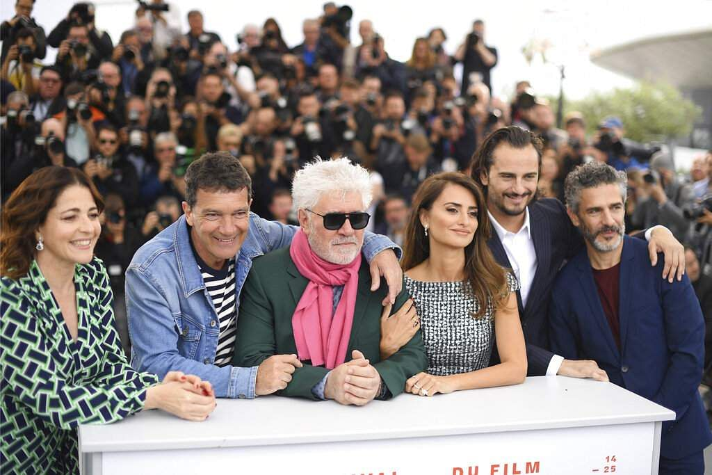 Actors Nora Navas, Antonio Banderas, directors Pedro Almodovar, actors Penelope Cruz, Asier Etxeandia and Leonardo Sbaraglia at the photo call for 'Pain and Glory'. (Photo by Arthur Mola/Invision/AP)