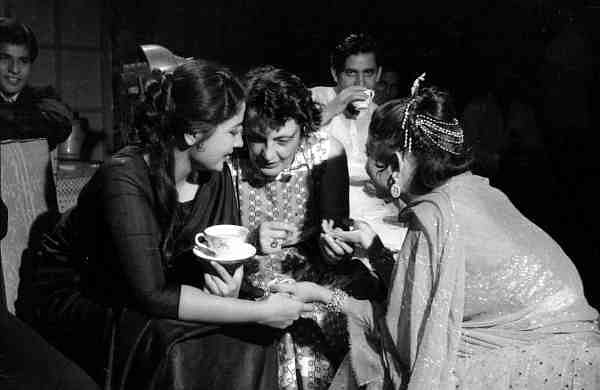 Meena Kumari, Charlotte Wirsching and Helen during filming of the song Yeh Itni Badi Mehfil for Dil Apna Preet Aur Parai (1959)
