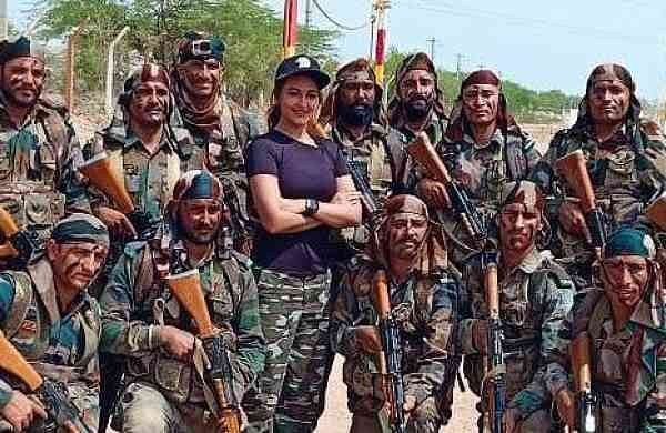 Sonakshi_Sinha_with_soldiers