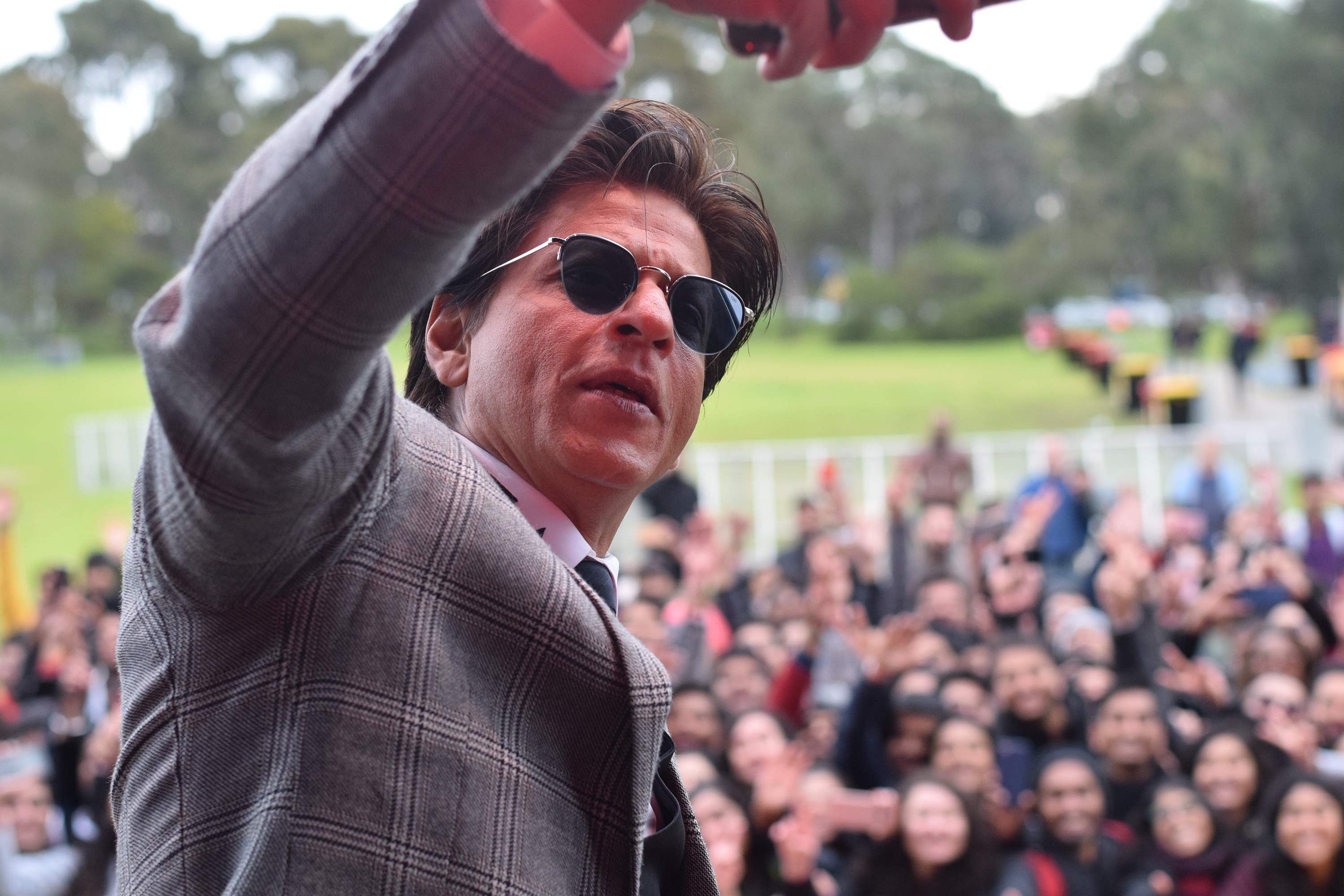 SRK clicks a selfie with his fans
