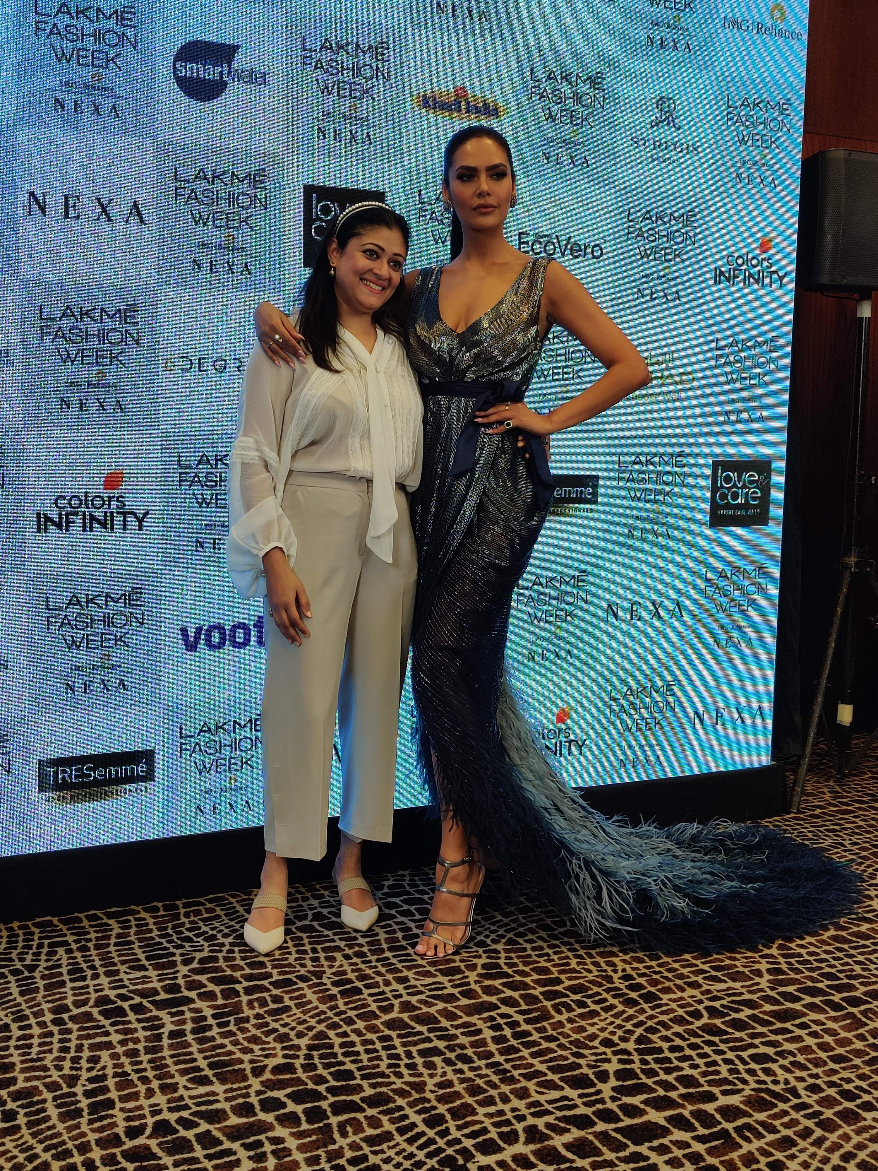 Esha_Gupta_with_designer_Pallavi_Mohan