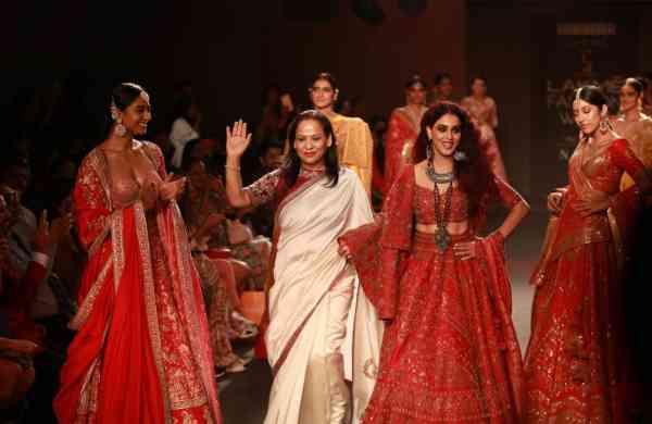 Designer_Saroj_Jalan_with_Showstopper-_Bollywood_Actress,_Genelia_Deshmukh_(1)