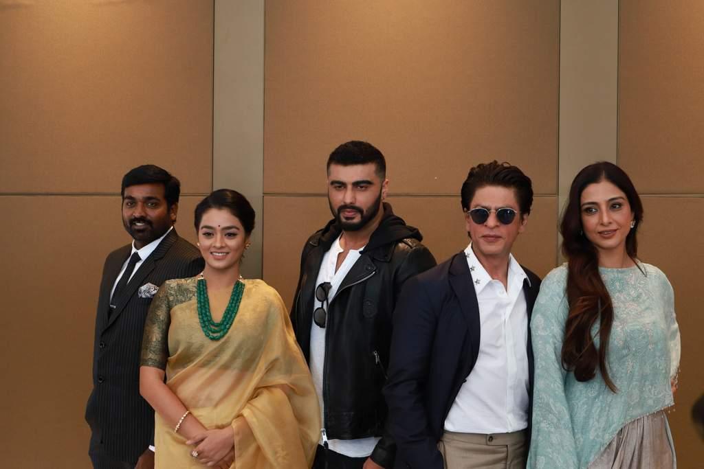 L_to_R_-_Vijay_Sethupathi,_Gayathri,_Arjun_Kapoor,_SRK,_Tabu