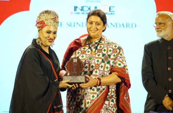 Honourable Union Minister of Textiles and Women & Child Development, Smriti Zubin Irani felicitates danseuse Alokananda Roy along with Editorial Director of The New Indian Express Prabhu Chawla