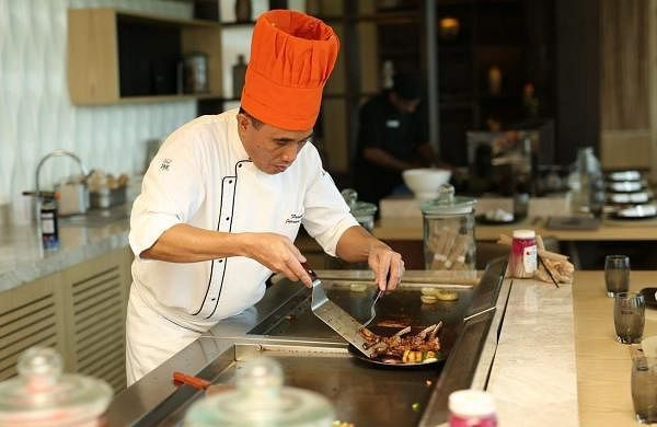 Chef_Padua_at_the_Teppanyaki_counter_at_Nori