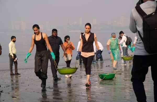 Celebs on a clean-up drive at Mahim Beach, Mumbai (Photo: IANS)
