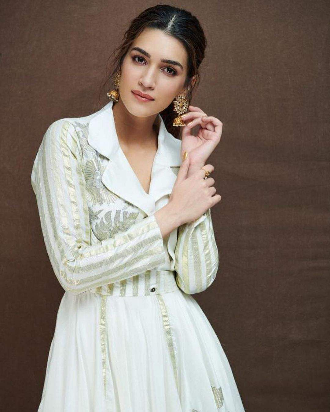 Kriti Sanon wore a handmade and sustainable white and gold kurta byMohammed Mazhar and paired it with some heavily embellished, gold-toned jhumkas
