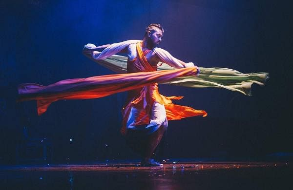 A_dancer_performs_in_Sapphirescope_by_sudarshan