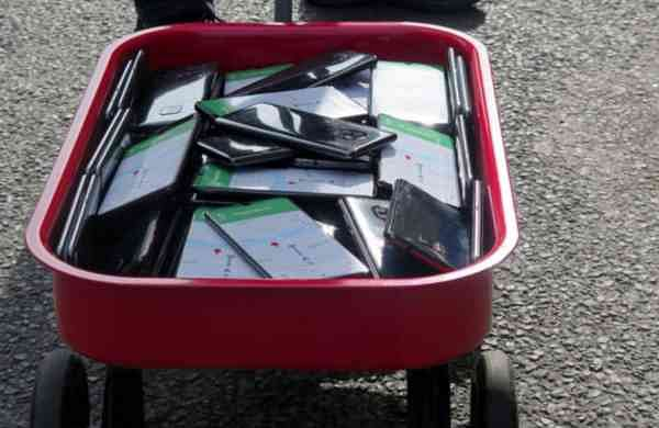 Simon Weckert's wagon with 99 smartphones