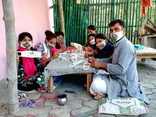 Bihar couple use Madhubani art on facemasks to writeanti-coronavirus slogans