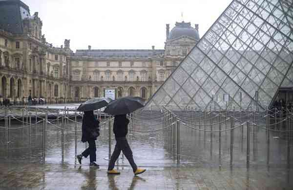 The Louvre shuts down in Paris (AP Photo/Rafael Yaghobzadeh)