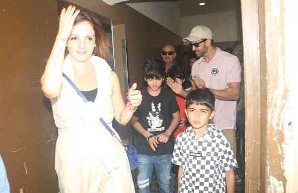 Sussanne with Hrehaan and Hridhaan, Hrithik Roshan and Rakesh Roshan (Photo: IANS)
