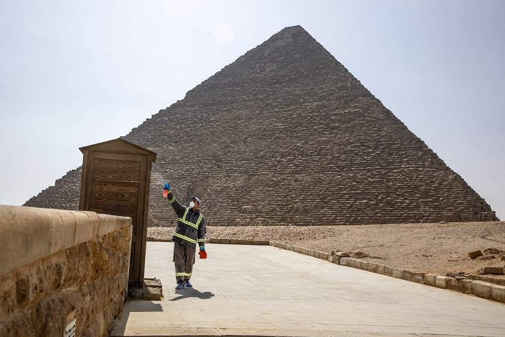 Greater Cairo, Egypt: Municipal workers sanitise the areas surrounding the Giza pyramids complex in Egypt. (AP Photo/Nariman El-Mofty)