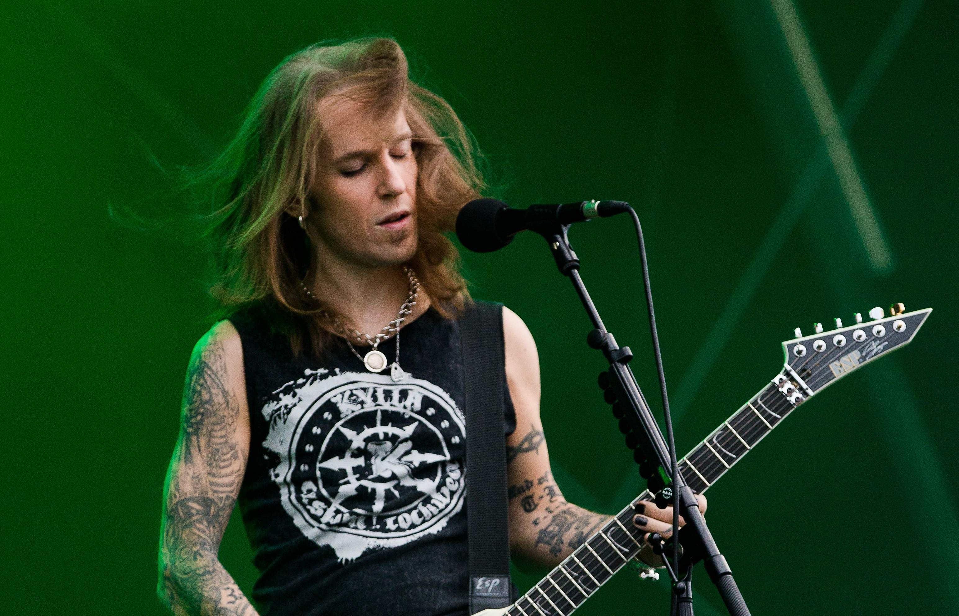 Alexi_Laiho_performing_with_Children_of_Bodom
