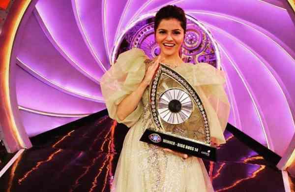 Rubina Dilaik lifts the trophy of Bigg Boss 14