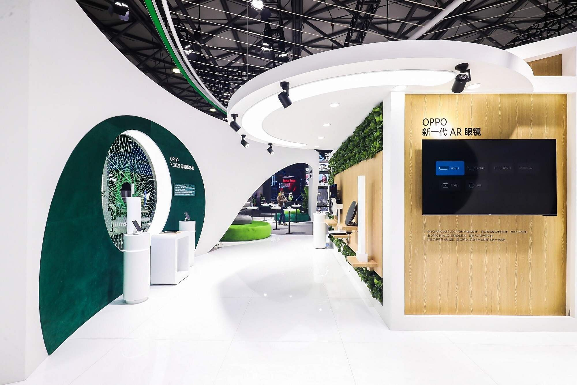 OPPO showcases wireless charging for upcoming rollable phone