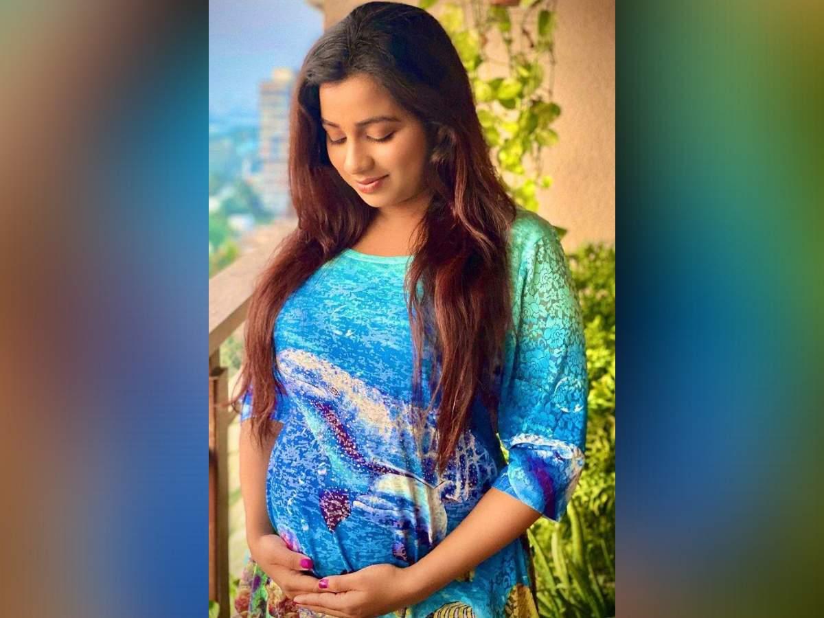 Shreya Ghoshal with a baby bump