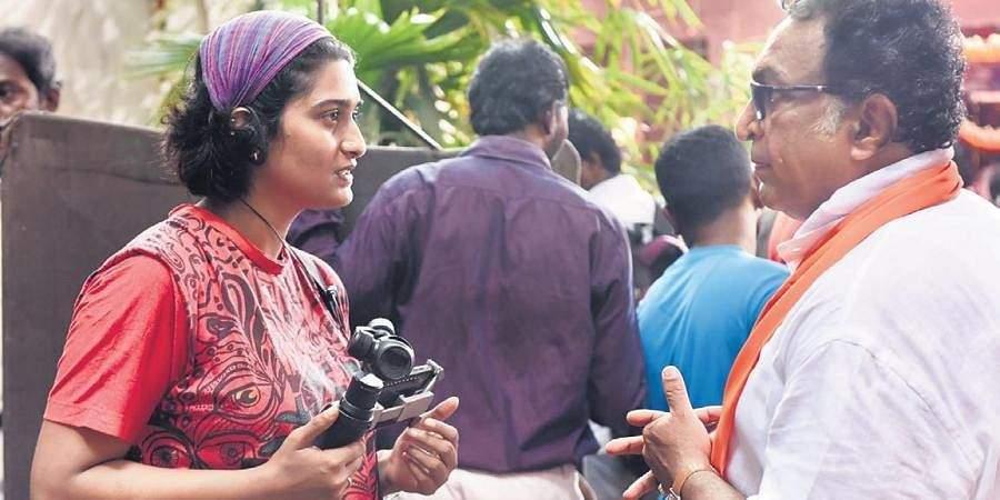 Sugita Thangavelu with Nasser on the sets of Magalir Mattum