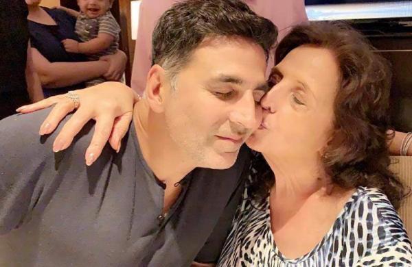 Akshay Kumar with his late mother Aruna Bhatia
